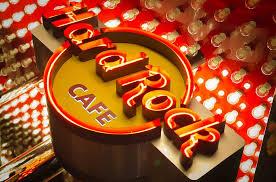 Hard Rock Cafe, compleanno a Roma con Motta e Noemi (e un nuovo menù)