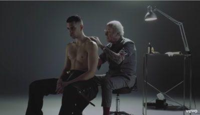 Un fotogramma del videoclip del brano Soldi