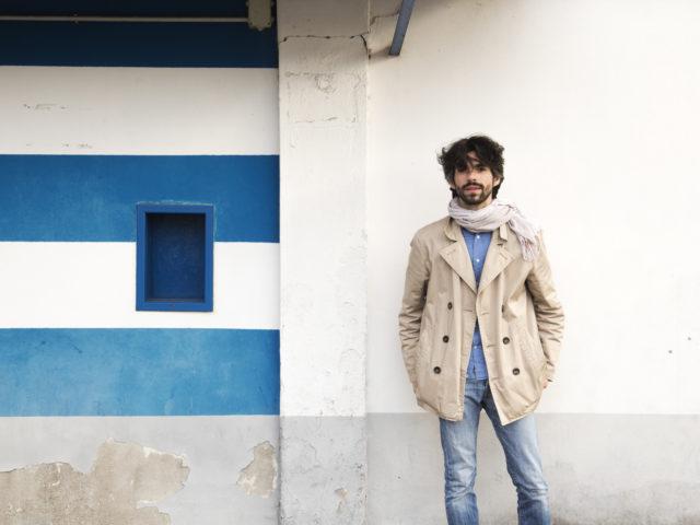 Luca Marino, il cantautore errante, impegnato dal vivo nella grande piazza del web