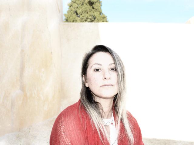 La quarantena gli ha regalato tecnologia ed attimi sospesi: con noi Adriana Spuria, cantautrice siracusana che ha voglia di capelli corti..