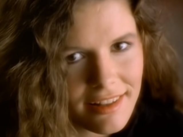 What I Am – La canzone giusta per Edie Brickell (che farà innamorare letteralmente anche Paul Simon)
