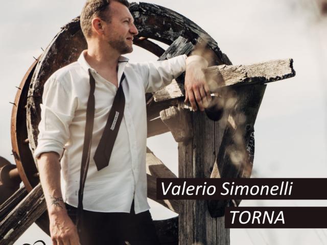Mescolando un caffè amaro, Valerio Simonelli pubblica il suo secondo singolo dal titolo Torna