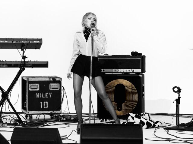 Miley Cyrus in Layers: la global mbassador di Magnum in una performance 8D