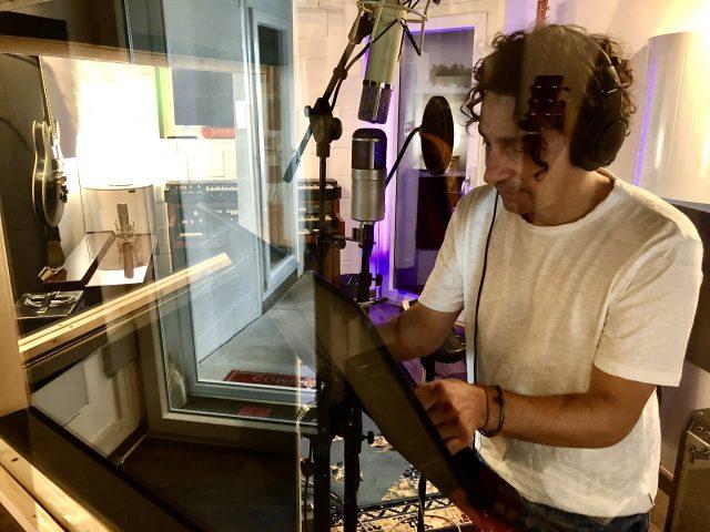 Antonio Pignatiello ai Basement Studio di Vicenza per la registrazione di nuove canzoni