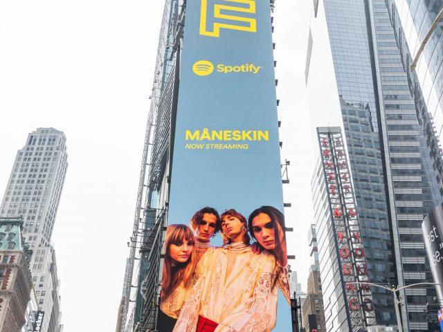 """I Måneskin di nuovo a Times Square con la cover della playlist """"Today Top Hits"""" di Spotify"""